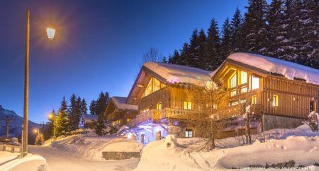 Shooting Photo Immobilier Dans Les Alpes : Vue Extérieure De Nuit Sous La Neige
