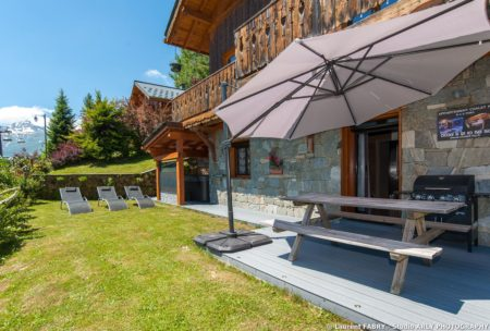 Shooting Photo Immobilier Dans Les Alpes : Terrasse De L'appartement Et Son Barbecue