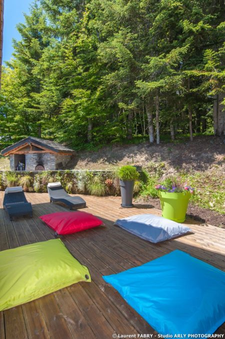 Shooting Photo Immobilier Dans Les Alpes : La Terrasse Du Chalet En Bordure De Forêt