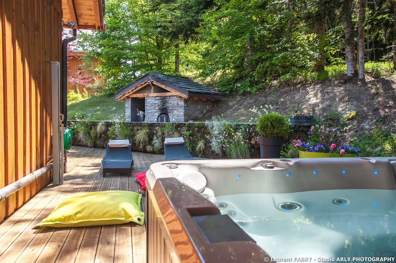 Shooting photo immobilier dans les Alpes : la terrasse du chalet et son jacuzzi extérieur