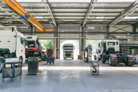 Un Véhicule Entre Dans L'atelier De Man Truck & Bus Center De Chignin, En Savoie