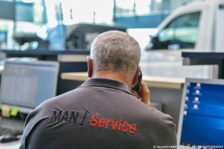 Photographe Professionnel Dans Les Bureaux De La Concession Man Truck & Bus Center De Chignin