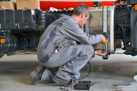 Photographe Industriel : Un Technicien Intervient Sur Un Véhicule De Transport Routier Man Truck & Bus Center