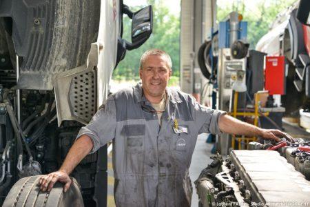 Portrait Par Un Photographe Industriel Près De Chambéry Dans Un Centre De Maintenance Pour Véhicules De Transport Routier