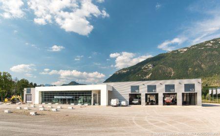 Centre De Maintenance Pour Véhicules De Transport Routier Face Au Massif Des Bauges