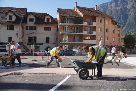 Photographe BTP En Savoie : Résine Pépite (POM) Sur La Place De L'hôtel De Ville à Ugine