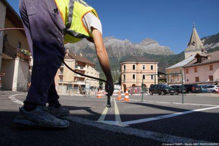 Photographe BTP En Savoie : Marquage Au Sol (POM) Sur La Place De L'hôtel De Ville à Ugine