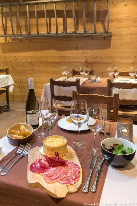 Photographe Hôtel 3 Vallées : Une Table Dressée Au Restaurant