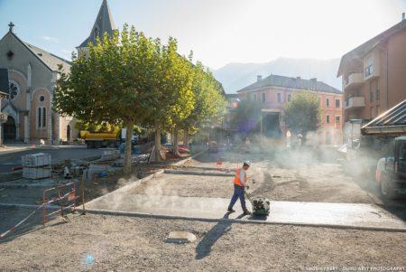 Photographe BTP En Savoie : Pose De L'enrobé (Eiffage) Sur La Place De L'hôtel De Ville à Ugine