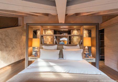 Photographe Professionnel Hôtellerie : Tête De Lit De La Master Bedroom Dans Un Chalet De Luxe à Courchevel
