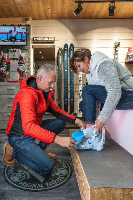 Photographe Magasin De Ski Dans Les Alpes (73) : Essayage Des Chaussures