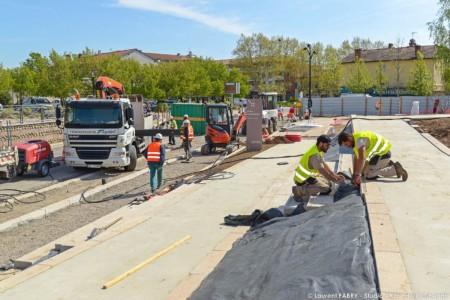 Reportage BTP Près De Lyon Pour Un Chantier Colas : Terrasse Et Espace Verts Pour La Place Ronshausen
