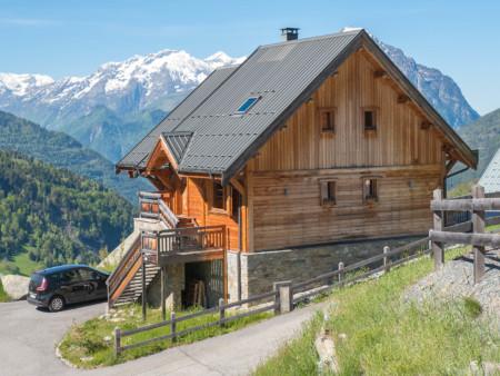Photographe Immobilier De Montagne : Vue Du Chalet Avec Montagnes