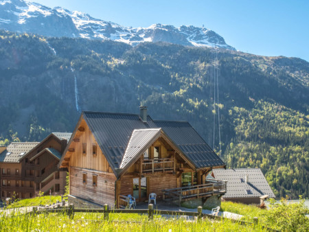 Photographe Immobilier De Montagne : Chalet Avec Remontées Mécaniques Et Cascades