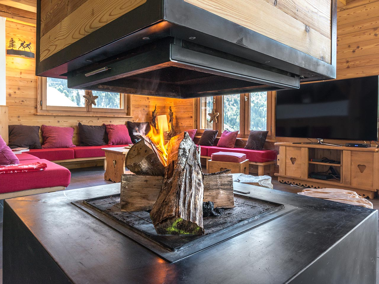 Photographe immobilier de montagne : La cheminée et le coin salon