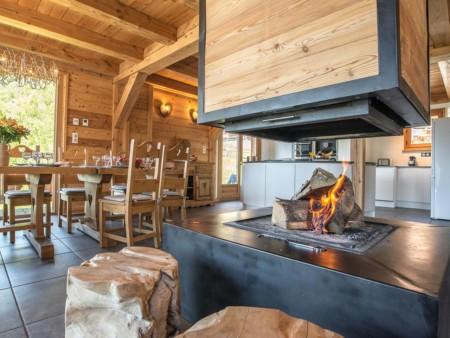 Photographe Immobilier De Montagne : La Cheminée Et Ses Tabourets En Bois Massifs