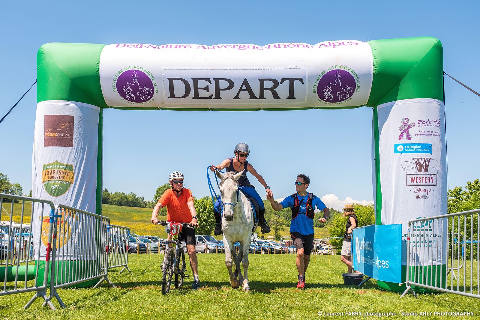Cycliste, Coureur à Pieds Et Cavalier Sous L'arche De Départ Du Raid Multi-sport En Haute Savoie