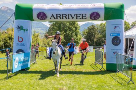 Cycliste, Coureur à Pieds Et Cavalière Sous L'arche De Départ Du Raid Multi-sport En Haute Savoie