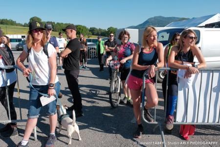 Les Participants Du Raid Multi-sport En Haute Savoie écoutent Le Briefing