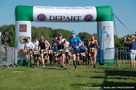 Départ Du Raid Multi-sports Dans Les Alpes Avec La Course à Pieds