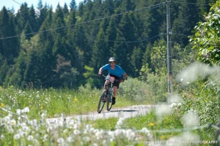 Un VTT Pendant Le Raid Multi-sports En Haute Savoie
