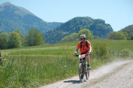 Un VTT Effectue Le Parcours Du Raid Multi-sports En Haute Savoie