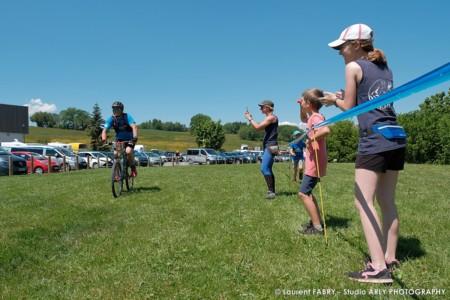 Les Spectateurs Du Raid Multi-sports En Haute Savoie Applaudissent Les Participants