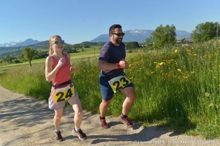 Un Couple De Coureurs à Pieds Sur Le Parcours Du Raid Multi-sports En Haute Savoie