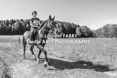 Portrait D'une Cavalière En Noir-et-blanc Pendant Le Raid Multi-sports Haute Savoie