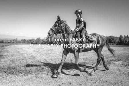 Portrait De Cavalier En Noir-et-blanc Pendant Le Raid Multi-sports En Haute Savoie