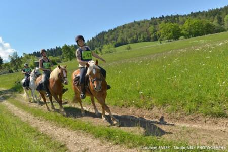 Des Cavalières Sur Le Parcours Du Raid Multi-sports En Haute Savoie