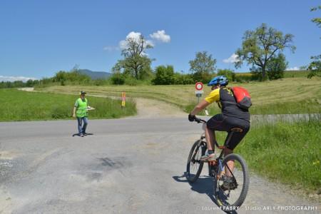Un Bénévole Du Raid Multi-sports En Haute Savoie Oriente Les Participants