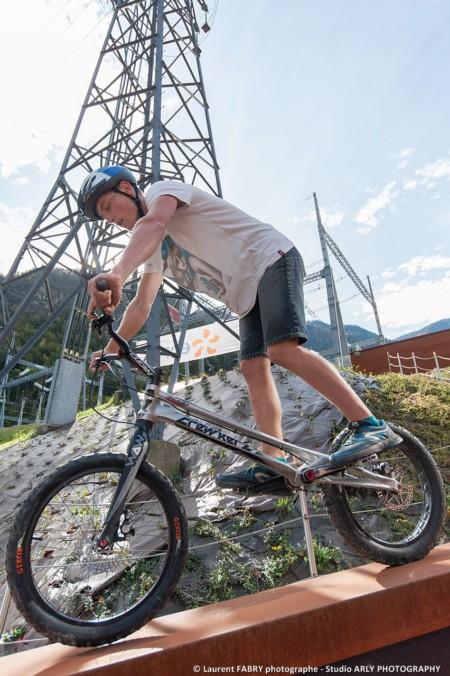 Démonstration De Trial Freestyle Lors D'un Trail Dans Les Alpes