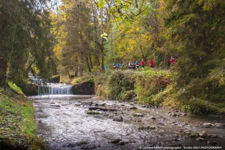 Les Coureurs Passent Le Long Des Cascades Du Morel