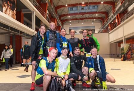 Photo De Groupe D'une équipe De Trailers Dans La Central Hydroélectrique, Avant La Course