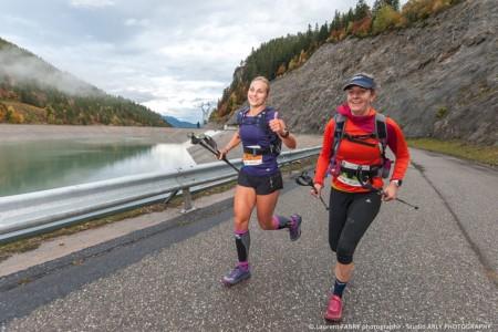 Deux Traileuses Courent Près De La Réserve De La Coche