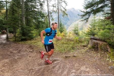 Un Coureur Dans La Forêt De Doucy-Combelouvière Durant L'EDF Trail