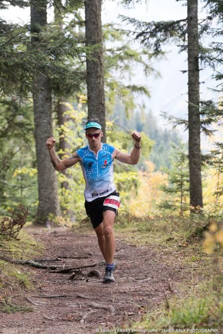 Un Trailer Lève Les Bras Pendant La Course Dans La Forêt