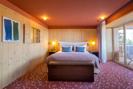 Une Chambre à Coucher Dans Le Chalet D'un Hôtel Dans Les Alpes