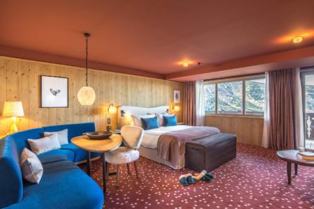 Une Chambre à Coucher Dans Le Chalet D'un Hôtel En Savoie