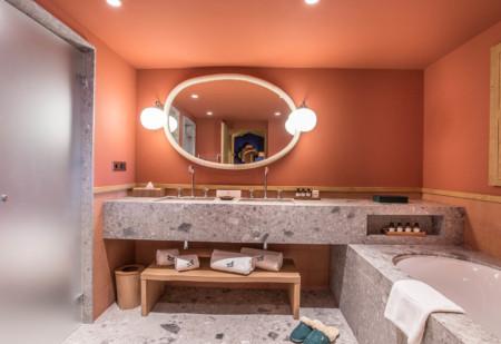 Salle De Bain Dans Une Chambre à Coucher Dans Le Chalet D'un Hôtel De Méribel
