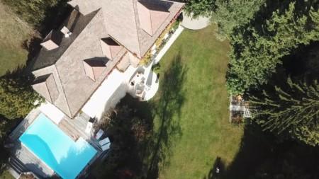 Vue Aérienne D'une Maison De Prestige Près D'Annecy (capture D'écran De La Vidéo Drone)