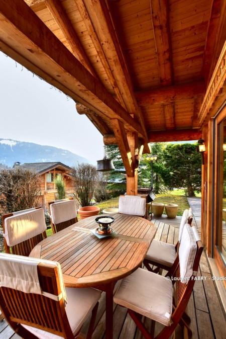 Chalet à Vendre Au Grand Bornand : Terrasse Extérieure Avec Table Et Chaises