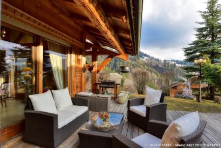 Chalet à Vendre Au Grand Bornand : Terrasse Extérieure Avec Table Basse Et Fauteuils